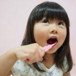 歯磨きをする女児