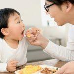 食事を子供に与えるパパ