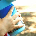 水筒を持つ子供の手