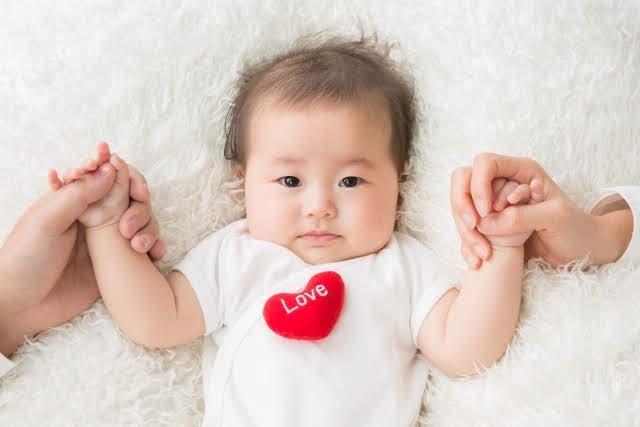笑顔で遊ぶ赤ちゃん