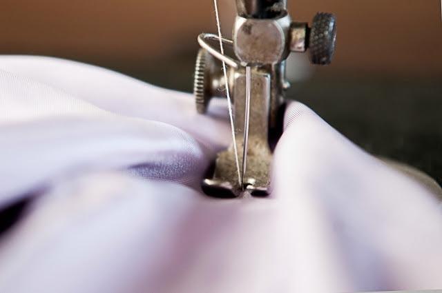 ミシンで縫っている