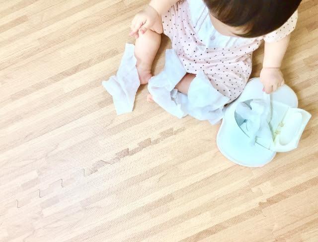 オムツの練習をする幼児