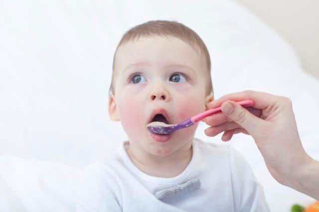 ご飯を食べさせてもらう赤ちゃん