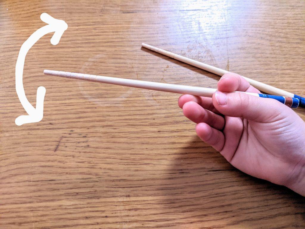 箸の使い方を練習
