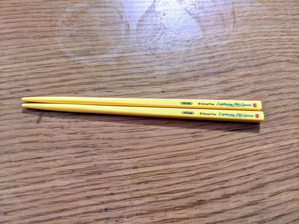 黄色い子供の用の箸