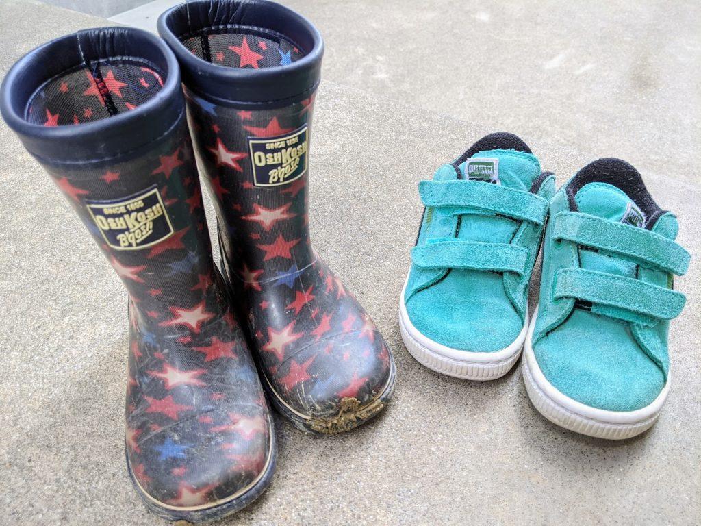 子供用の長靴と運動靴
