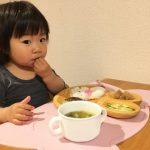子どもがご飯を食べるシーン