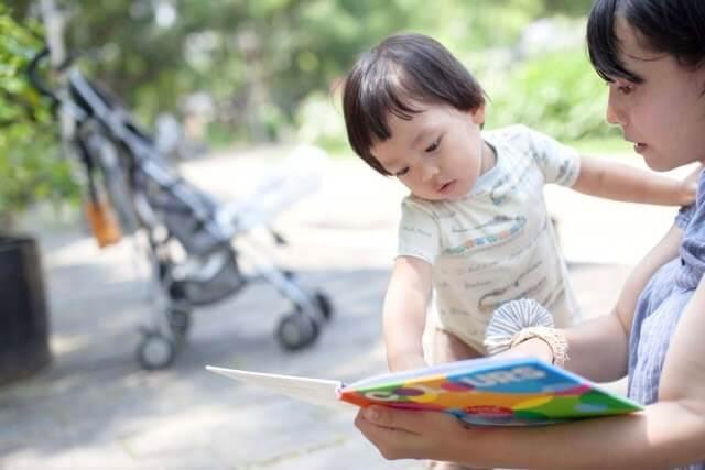 親子の絵本の読み聞かせの様子