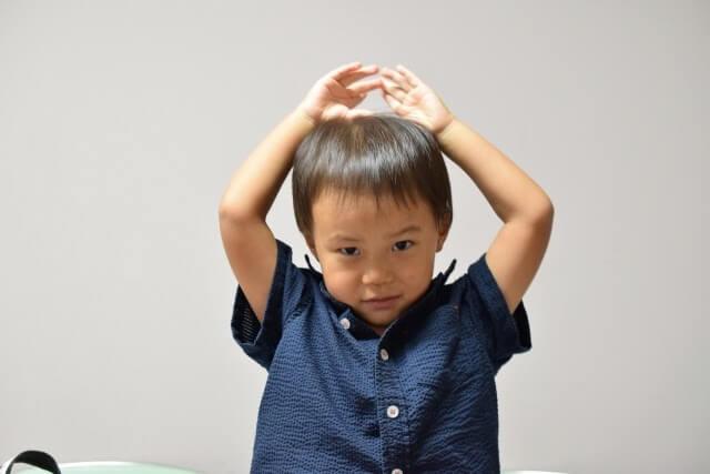 手遊びをする5歳の子供