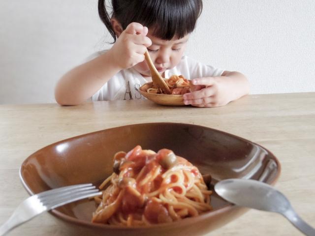 パスタを食べる女の子