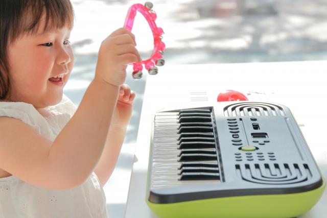 楽器を楽しむ幼児