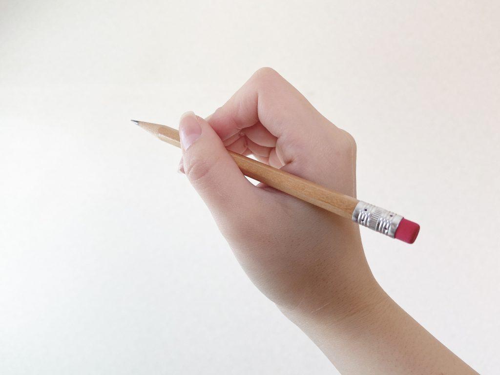 鉛筆を持つ