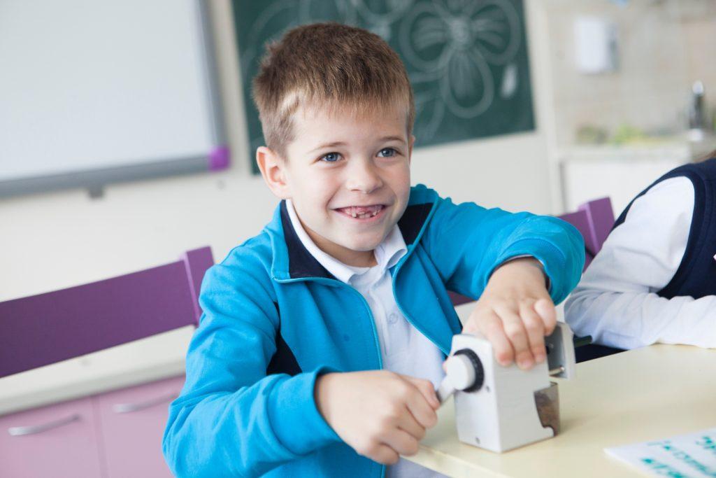 鉛筆を削る男の子