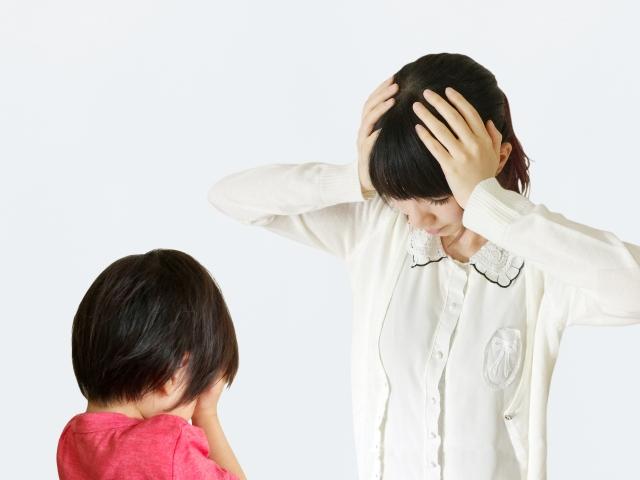 泣く子供と頭を抱える母