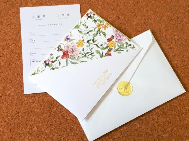結婚式の招待状に新郎新婦のお名前シールを貼ってみる