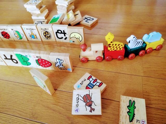 積み木と汽車のおもちゃで遊ぶ子供