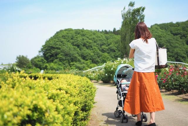ベビーカーで散歩をする女性