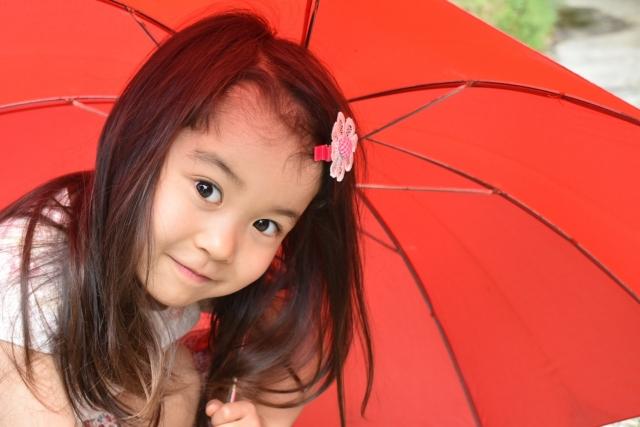 傘を持つ子供