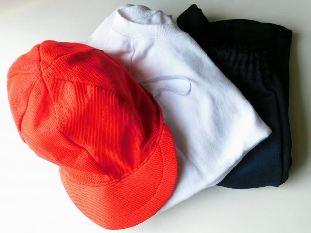 小学校の体操着と赤白帽