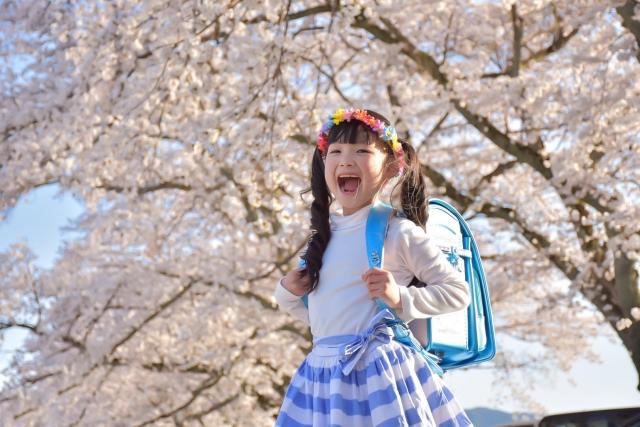 ランドセルを背負った小学生の女の子