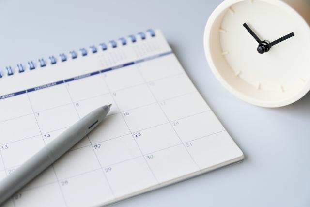 デスク上のカレンダーと時計