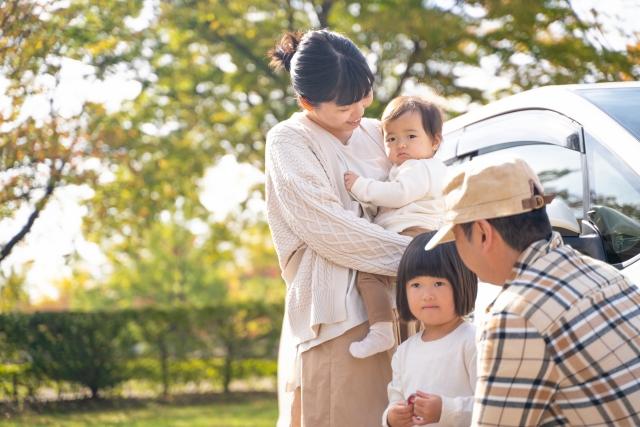 車でおでかけする家族